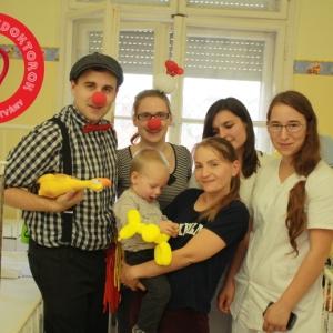 Gyógyító Bohócdoktorok a szegedi Gyermekklinikán